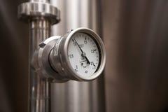莫斯科俄国 2018年2月07日:压力表测压器、阀门和管子由白合金制成 免版税库存照片
