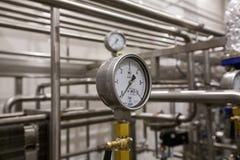 莫斯科俄国 2018年2月07日:压力表测压器、阀门和管子由白合金制成 免版税库存图片