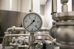 莫斯科俄国 2018年2月07日:压力表测压器、阀门和管子由白合金制成 库存图片