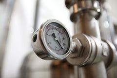 莫斯科俄国 2018年2月07日:压力表测压器、阀门和管子由白合金制成 免版税图库摄影
