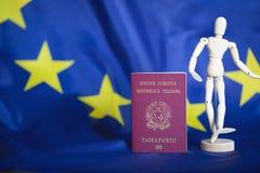 莫斯科俄国 02/12/2018 意大利护照和假的小雕象我 库存图片