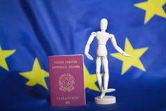 莫斯科俄国 02/12/2018 意大利护照和假的小雕象我 库存照片