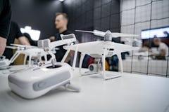 莫斯科俄罗斯:2017年4月01日- DJI Quadcopter打开c的寄生虫商店 图库摄影