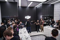莫斯科俄罗斯:2017年4月01日- DJI Quadcopter打开c的寄生虫商店 免版税图库摄影