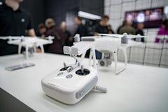 莫斯科俄罗斯:2017年4月01日- DJI Quadcopter打开c的寄生虫商店 免版税库存照片