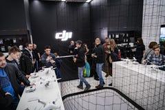 莫斯科俄罗斯:2017年4月01日- DJI Quadcopter打开c的寄生虫商店 库存图片