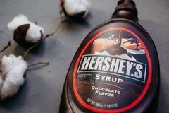 莫斯科俄罗斯- 11 14 2018年:瓶赫尔希镇的巧克力糖浆 灰色背景的棉树 免版税库存图片