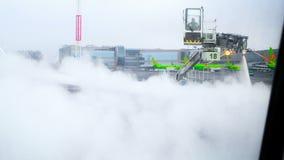 莫斯科俄罗斯2016年2月22 :机场职员喷气机为在做防霜处理的恶劣天气的飞行做准备