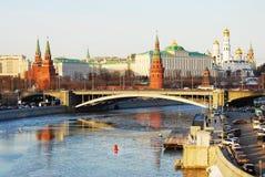 莫斯科克里姆林宫冬天全景在黎明 免版税库存照片