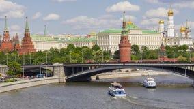 莫斯科克里姆林宫和一座大石桥梁,俄罗斯 库存图片