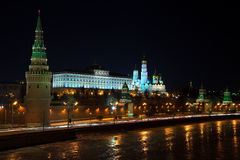 莫斯科克里姆林宫在冬天晚上 免版税库存图片