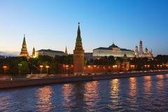 莫斯科克里姆林宫在晚上 克里姆林宫和莫斯科河美丽的景色  免版税库存图片