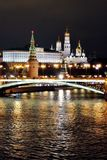 莫斯科克里姆林宫在晚上 彩色照片 图库摄影