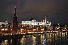 莫斯科克里姆林宫在晚上 免版税库存图片