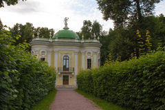 莫斯科公园  高尚的庄园Kuskovo 偏僻寺院亭子 库存照片