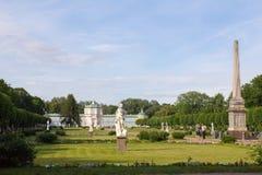莫斯科公园  高尚的庄园Kuskovo 有雕象和热带温室的公园 免版税库存图片