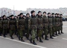莫斯科军校学生音乐军团的军校学生为11月7日的游行做准备在红场 库存图片