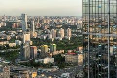 莫斯科和他们的反射住宅区  免版税库存图片