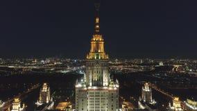 莫斯科国立大学主要校园和被阐明的莫斯科都市风景在晚上 俄国 鸟瞰图 股票视频