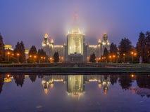 莫斯科国立大学在与低云的晚上 图库摄影