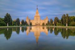 莫斯科国立大学主楼在光芒的朝阳早晨 免版税图库摄影