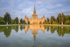 莫斯科国立大学主楼在光芒的朝阳早晨 免版税库存照片