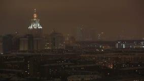 莫斯科国立大学主楼在夜冬天在莫斯科,俄罗斯,看法通过窗口 股票视频