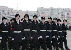 莫斯科圣乔治军校学生军团的军校学生为11月7日的游行做准备在红场 库存照片