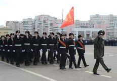 莫斯科圣乔治军校学生军团的军校学生为11月7日的游行做准备在红场 免版税库存照片