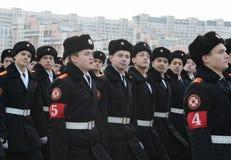 莫斯科圣乔治军校学生军团的军校学生为11月7日的游行做准备在红场 免版税图库摄影