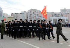 莫斯科圣乔治军校学生军团的军校学生为11月7日的游行做准备在红场 免版税库存图片