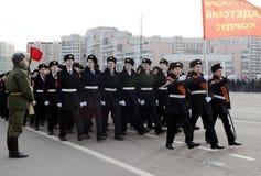 莫斯科圣乔治军校学生军团的军校学生为11月7日的游行做准备在红场 库存图片