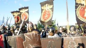 莫斯科地区,俄罗斯- 2018年8月22日:显示Warhammer扮演的Cosplayers装甲的战士字符服装 股票视频