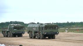 莫斯科地区,俄罗斯- 2017年8月25日 在运输者设立者发射器的运动的现代俄国伊斯坎德尔导弹 影视素材