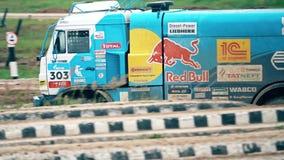 莫斯科地区,俄罗斯- 2017年8月25日 驾驶在泥泞的俄国KAMAZ大师达喀尔集会卡车慢动作录影  股票视频