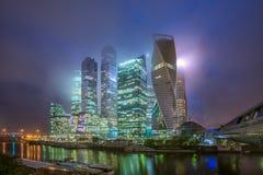 莫斯科城市在雾的晚上和低云的 免版税库存照片
