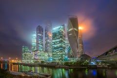 莫斯科城市在雾的晚上和低云的 免版税库存图片