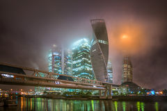 莫斯科城市在雾的晚上和低云的 库存图片