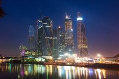 莫斯科城市(莫斯科国际商业中心)在晚上,鲁斯 免版税库存照片
