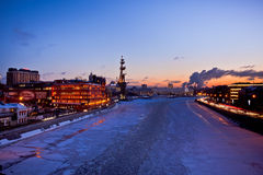 莫斯科夜与红色10月工厂、圣伯多禄纪念碑和总统Hotel的城市视图 免版税库存图片