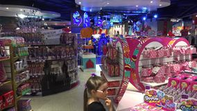 莫斯科孩子商店部门的访客 股票录像