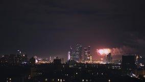 莫斯科实时射击在烟花期间的晚上 莫斯科市商业中心全景  股票视频