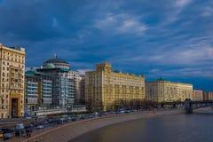 莫斯科室外全景和莫斯科河在夏天,莫斯科城市现代摩天大楼  风景和都市风景 免版税库存照片