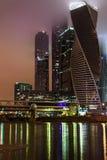 莫斯科市商业中心夜雾 免版税库存图片