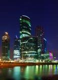 莫斯科市商业中心摩天大楼在夏夜 图库摄影