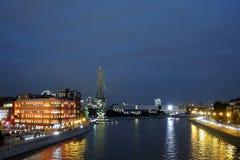 莫斯科市夜视图 莫斯科河和红色10月复合体 免版税图库摄影