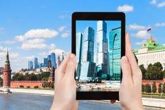 莫斯科市的图片在片剂个人计算机耸立 图库摄影