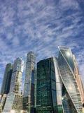 莫斯科市莫斯科国际商务中心晴朗的天空阴云密布,夏天正面天,俄罗斯 免版税库存图片