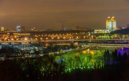 莫斯科市Nightview有Luzhniki体育场的和在Moskva河的铁路桥 库存图片