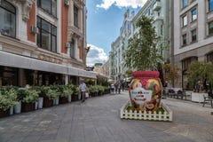 莫斯科果酱节日的标志在Kuznetsky的多数街道 库存照片